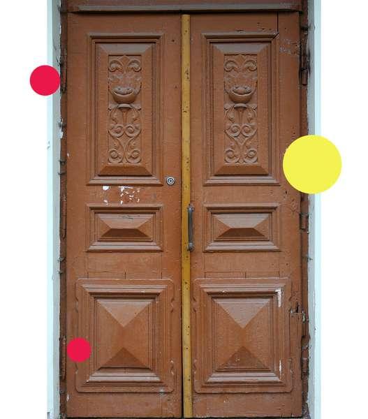 Вікові двері Луцька намагаються врятувати за допомогою світлин на їхньому фоні -  - b4bf6e4759d9655a8e9a8096a54a65ae