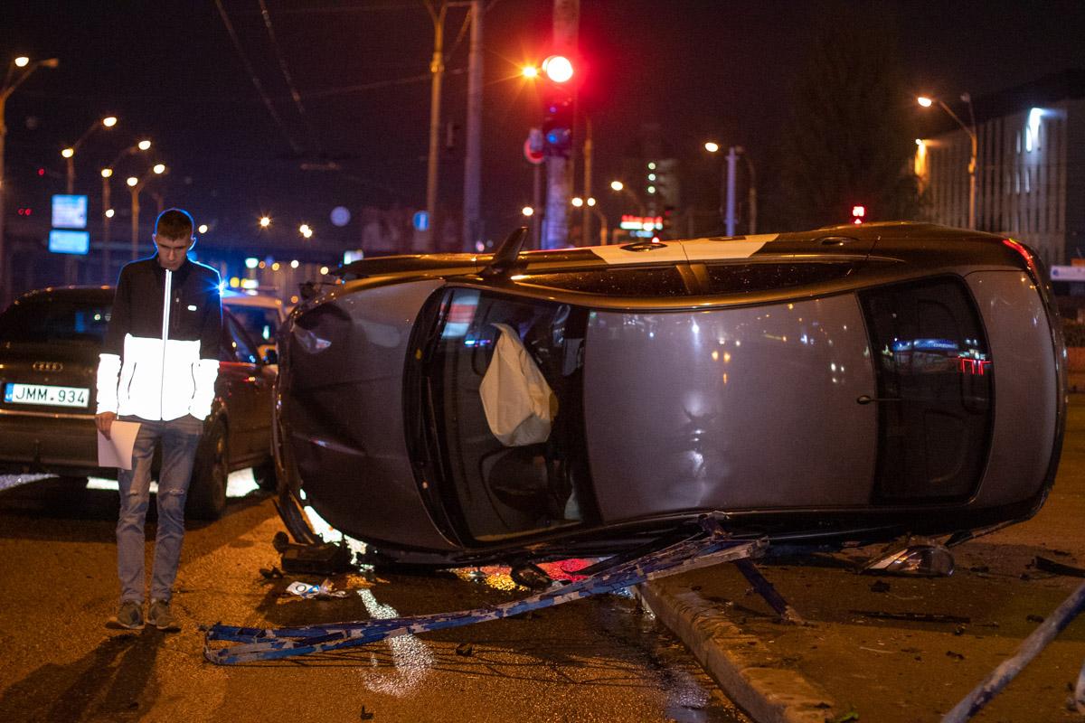 dtp-6 У Києві легковик служби таксі Bolt зніс майже 15 м огорожі