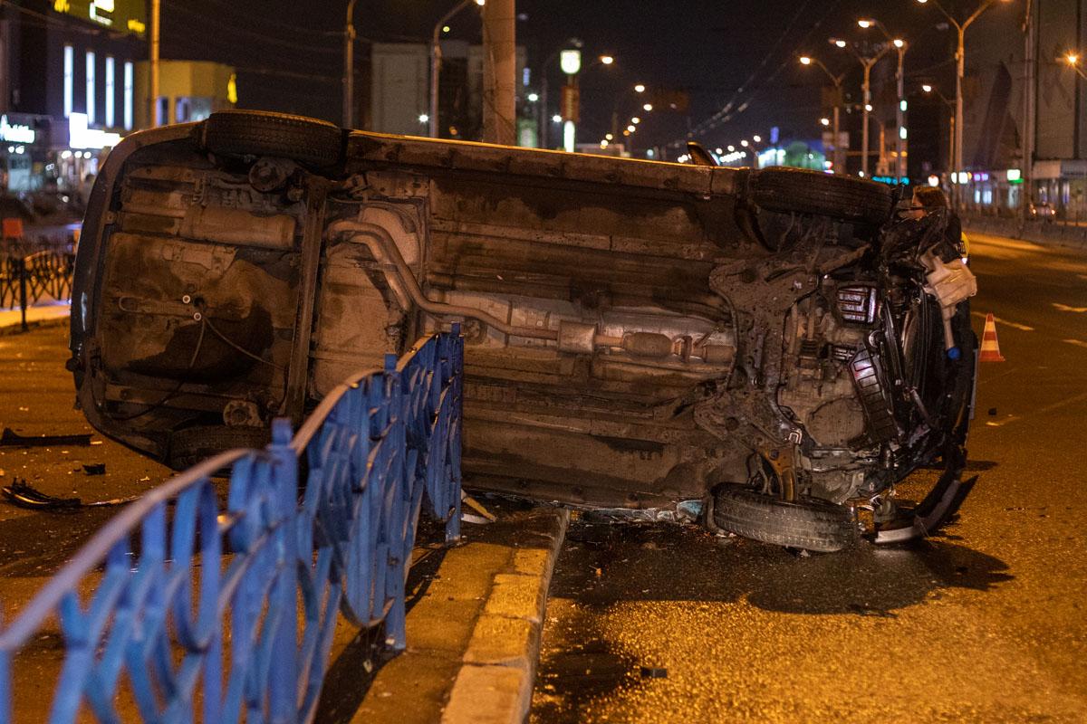 dtp-8 У Києві легковик служби таксі Bolt зніс майже 15 м огорожі