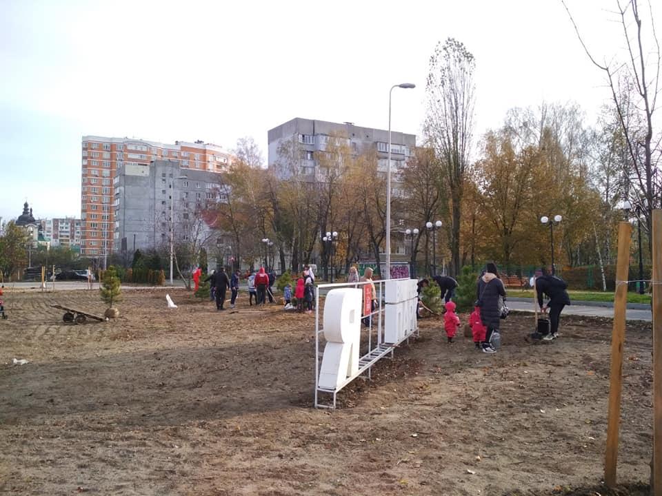 У скандальному парку Вишневого з'явилися нові дерева - Вишневе - park V