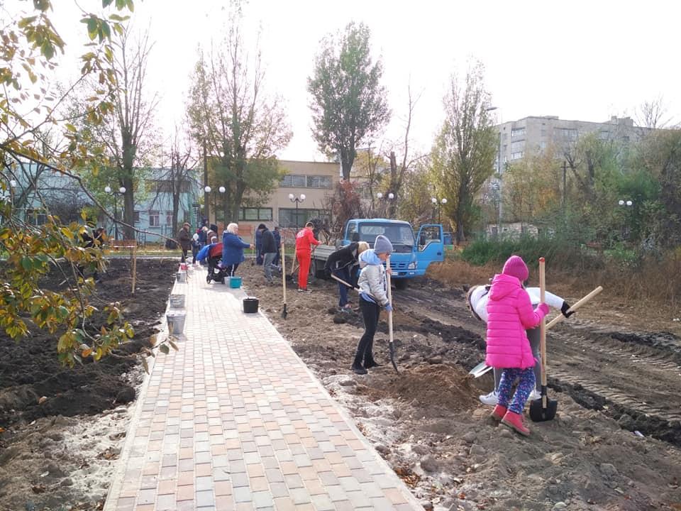 У скандальному парку Вишневого з'явилися нові дерева - Вишневе - park vysh