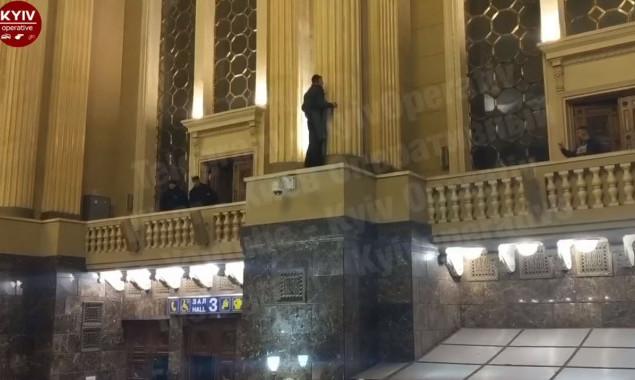 Чоловік хотів вчинити самогубство в холі Центрального вокзалу Києва -  - two column 1Y7KVnpl