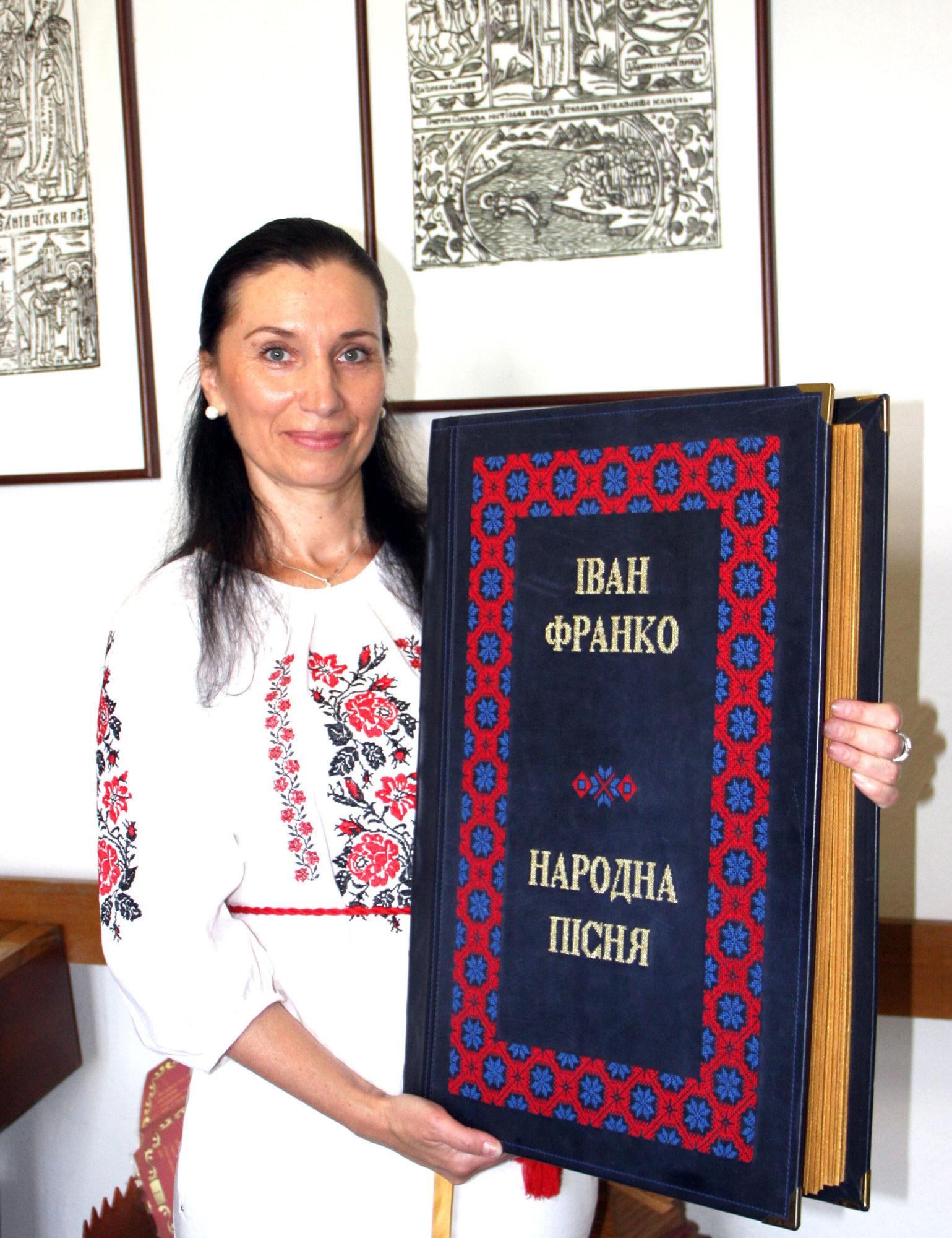 Рекорди України: вишиті книги української майстрині -  - vyshyti knygy 1539x2000