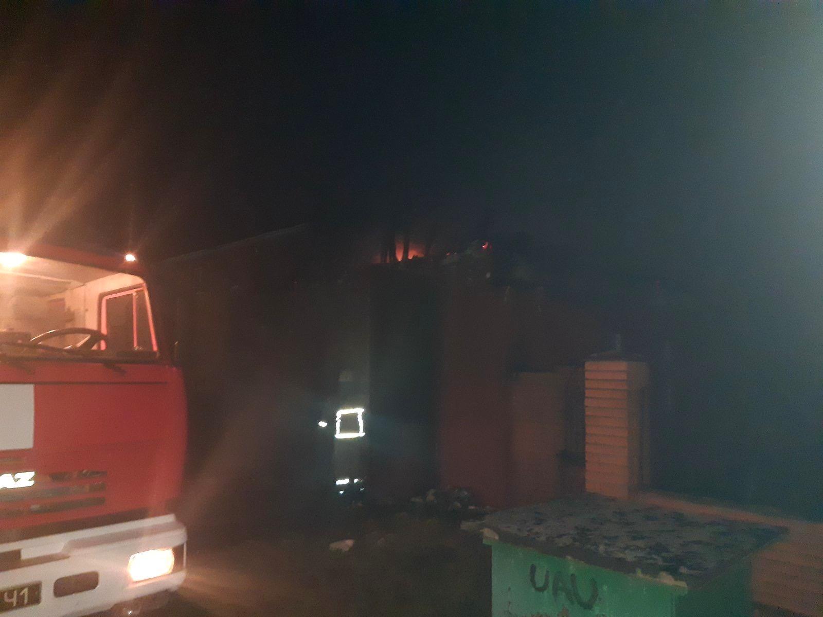Під Києвом вщент згорів двоповерховий дерев'яний будинок та іномарка - пожежа, озера, Бородянка - 01 1