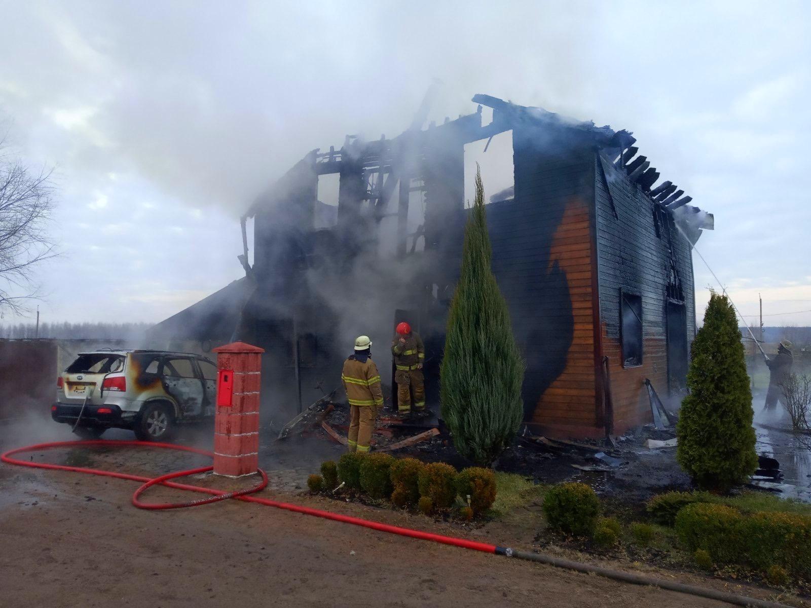 Під Києвом вщент згорів двоповерховий дерев'яний будинок та іномарка - пожежа, озера, Бородянка - 01