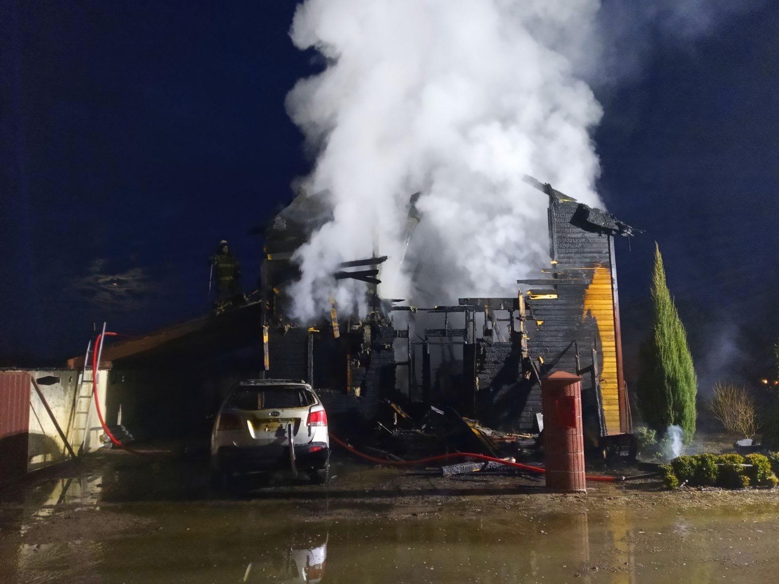 Під Києвом вщент згорів двоповерховий дерев'яний будинок та іномарка - пожежа, озера, Бородянка - 02