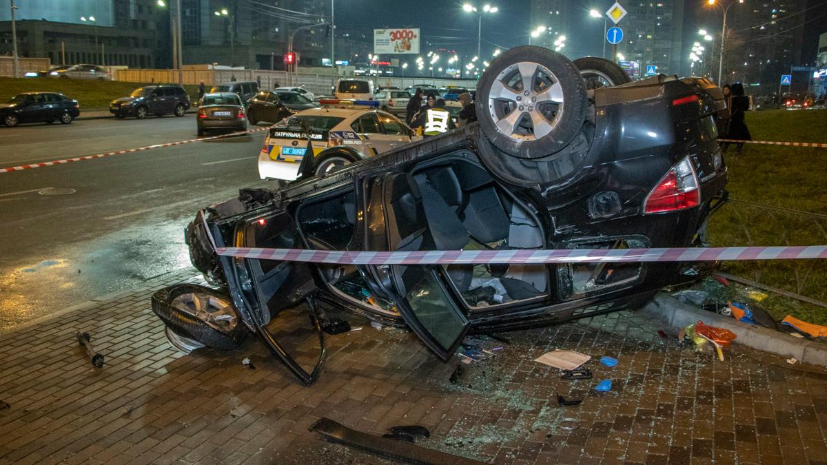 У Києві автомобіль на швидкості протаранив огорожу і злетів з самого верху естакади (ВІДЕО) -  - 08 dtp