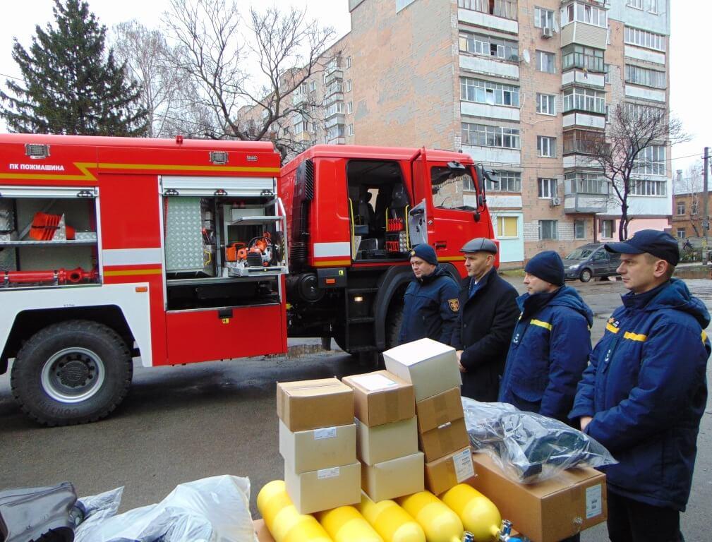 Обновка ДСНСників: фастівські рятувальники отримали нове пожежно-рятувальне авто - Фастів - 1 138