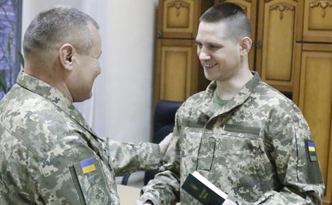 Військовим, звільненим з полону, вручили поновлені документи - Міністерство оборони України, ЗСУ - 1f92392 obmin