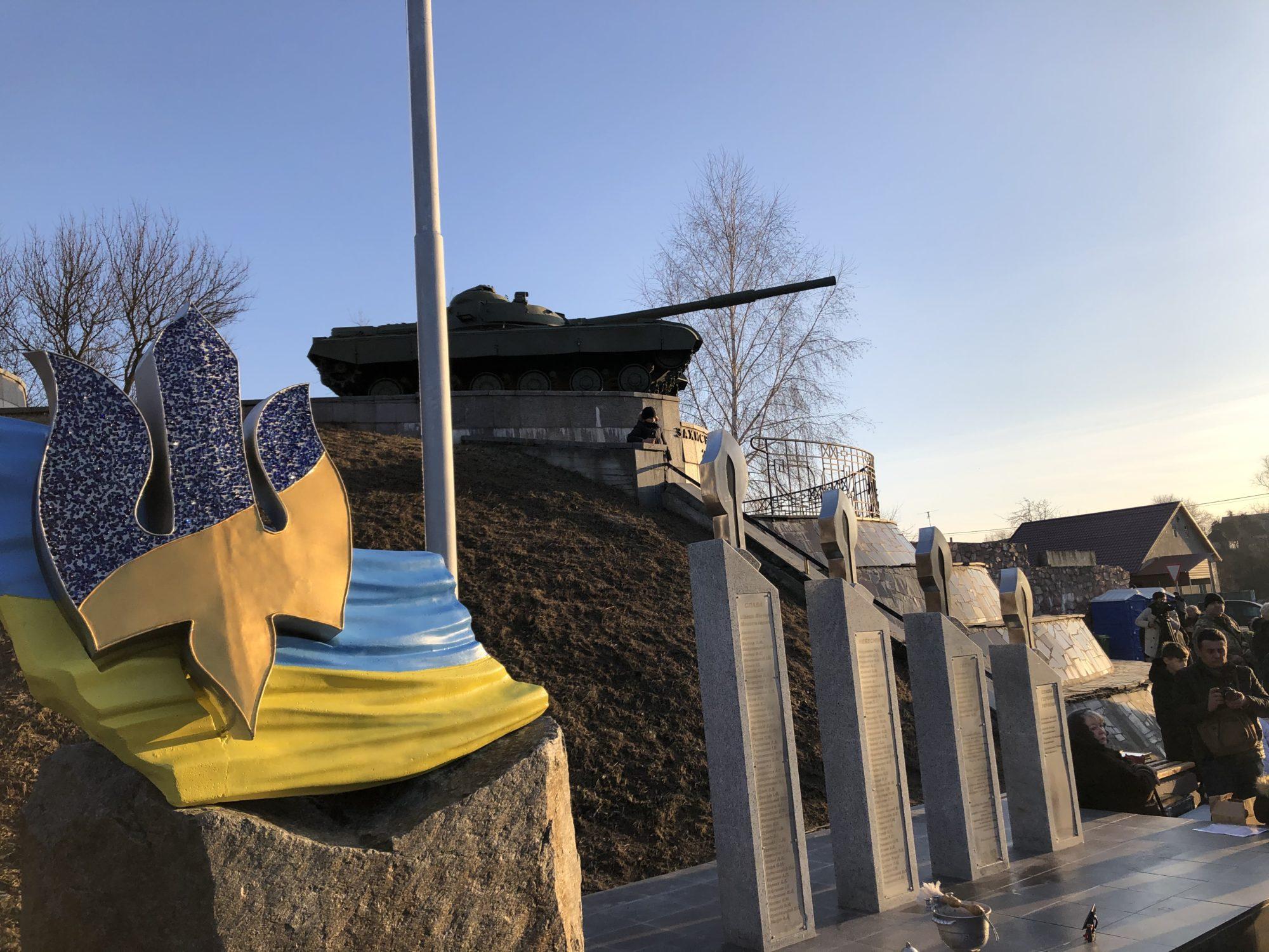 На честь загиблим: у Гатному відкрили обеліск Небесної Сотні - меморіал, Гатне - 5B667DAD 8DAD 49B3 81EE E3CE26ADDCCB 2000x1500
