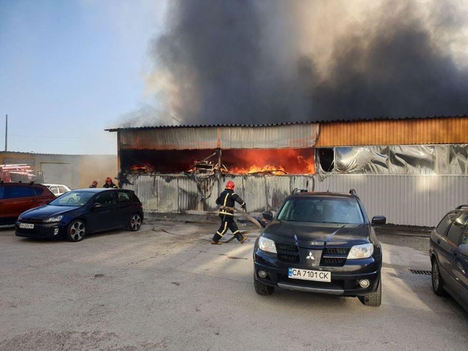 У Києві горить швейна фабрика -  - 78861741 864235183972569 8597641567215288320 n