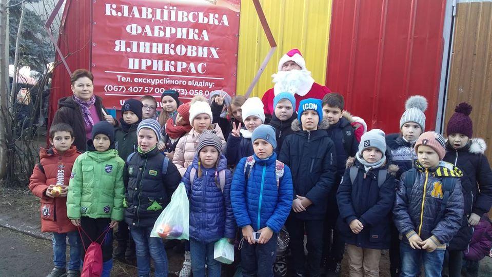 79964800_1034802783522578_1914312703883608064_o Школярі з Українки побували на фабриці ялинкових прикрас у Клавдієво