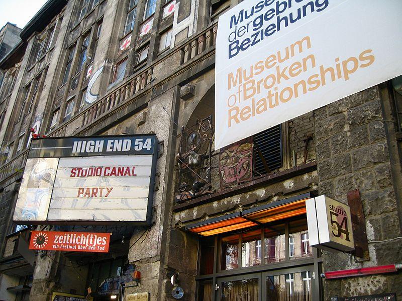 В хорватському Загребі діє Музей розірваних стосунків -  - 800px Museum of Broken Relationships in Berlin 20071023