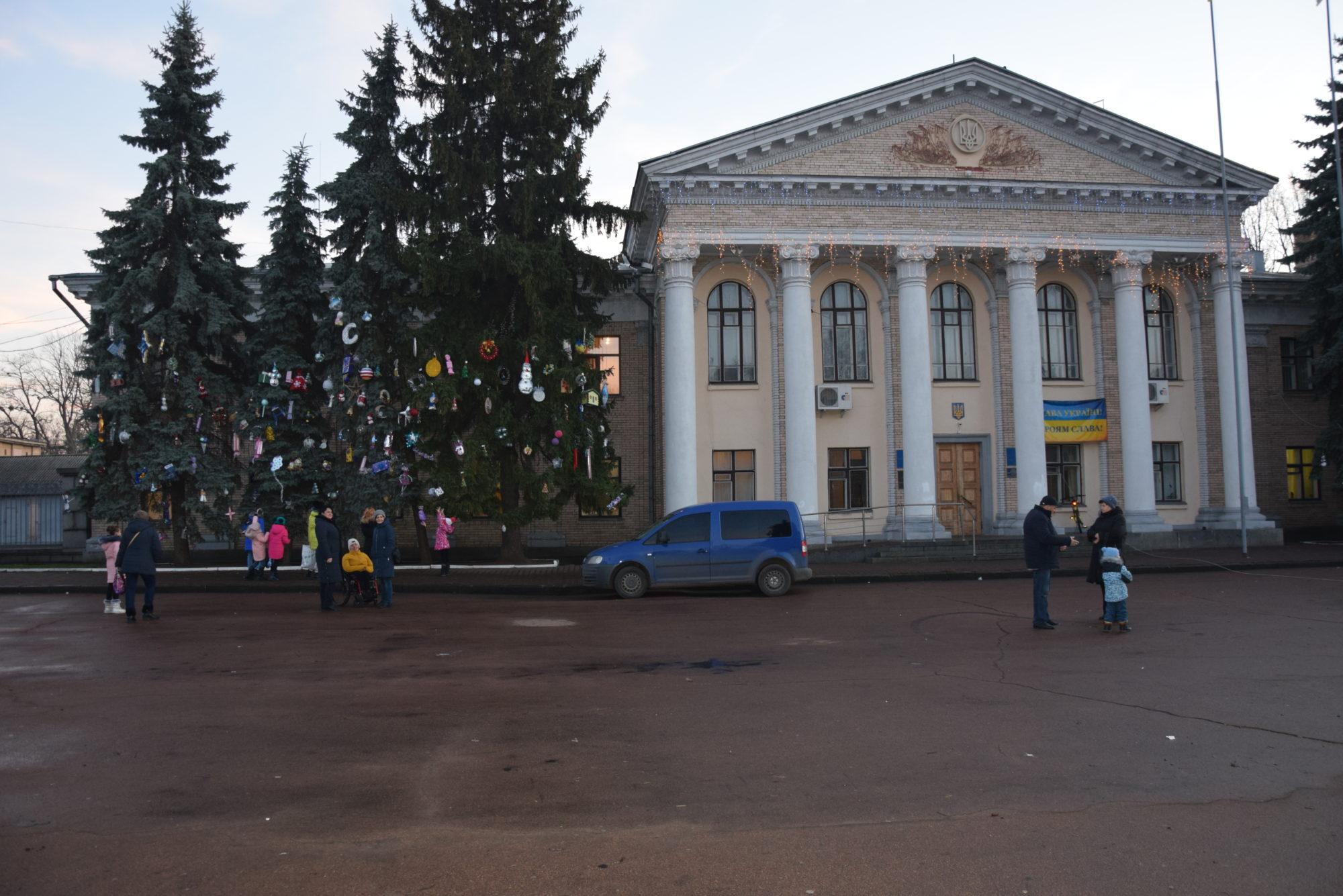 Подарована ялинка та орендована ілюмінація: деталі новорічної атрибутики Переяслава -  - DSC 0016 3 2000x1335