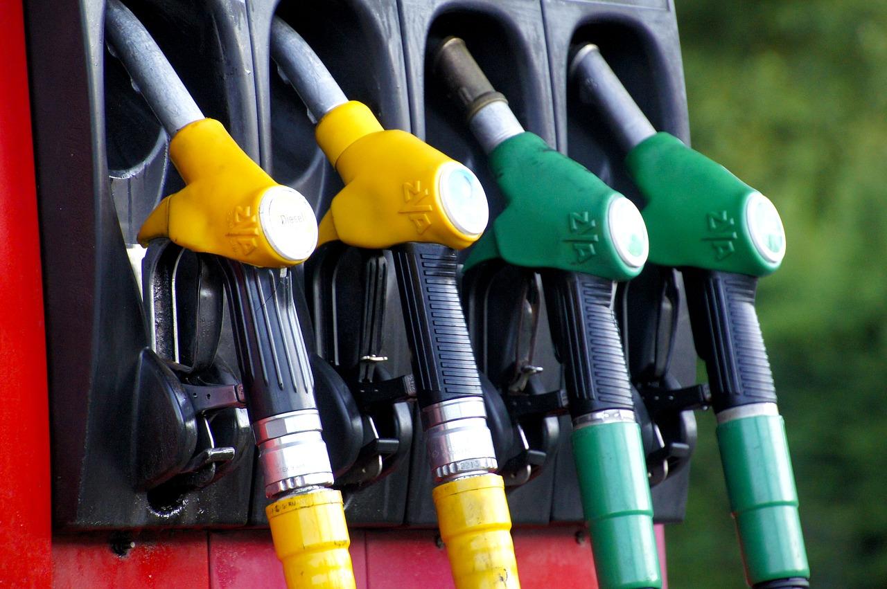 Мережі АЗС знизили ціни на бензин: в чому причина? -  - fuel 1596622 1280