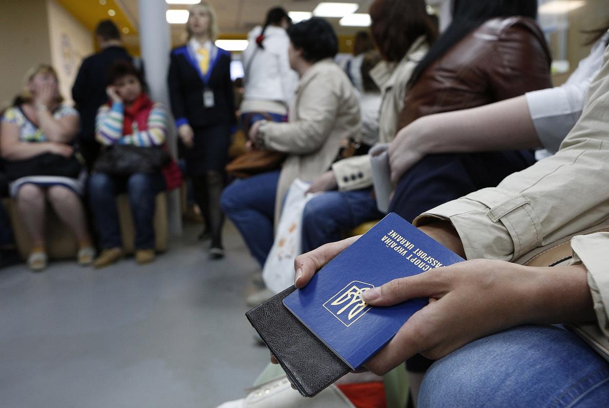 За дев'ять років емігрували майже чотири мільйони українців -  - ukraina