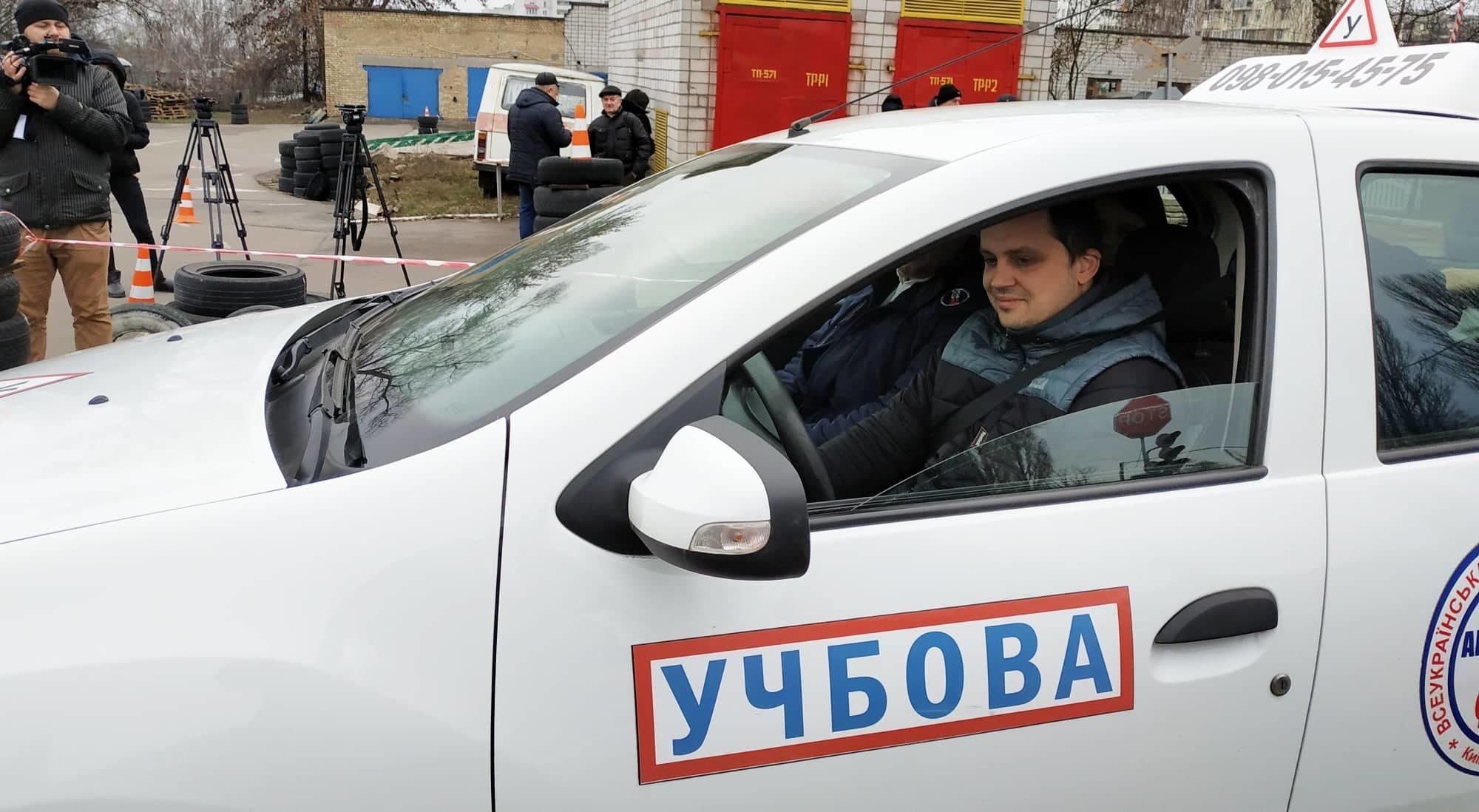 Водії складають екзамени «на камеру» - київщина, Вишгород - 0116 Videofiks osn 2000x1098