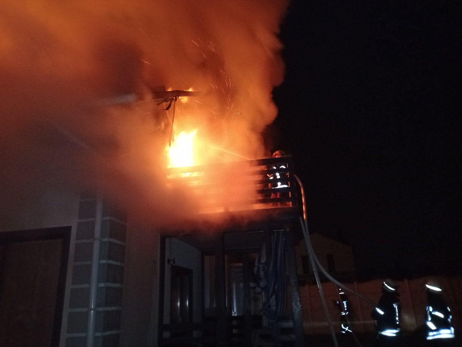 У Києво-Святошинському районі 19 пожежників гасили двоповерховий будинок -  - 1 2