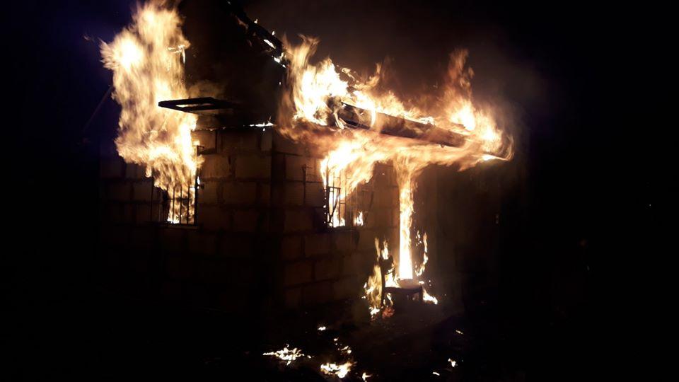 У Бучі горіла лазня, вогнем пошкодило покрівлю та перекриття будівлі -  - 1 4