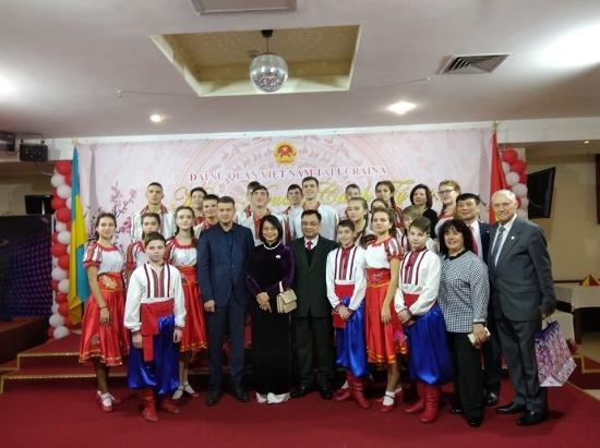 Юні васильківчани разом з мером привітали жителів В'єтнаму зі святами