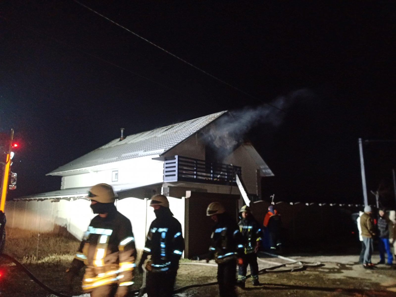 У Києво-Святошинському районі 19 пожежників гасили двоповерховий будинок -  - 2 1