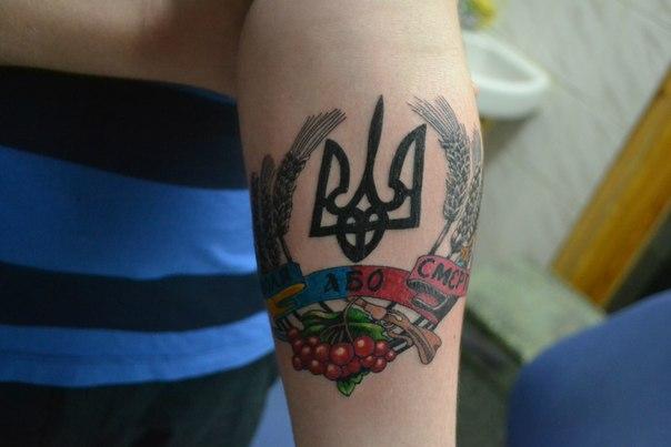 Британія таки  видалила тризуб з антитерористичного посібника -  - 33555cvet tattoo trizub emblema noga 8