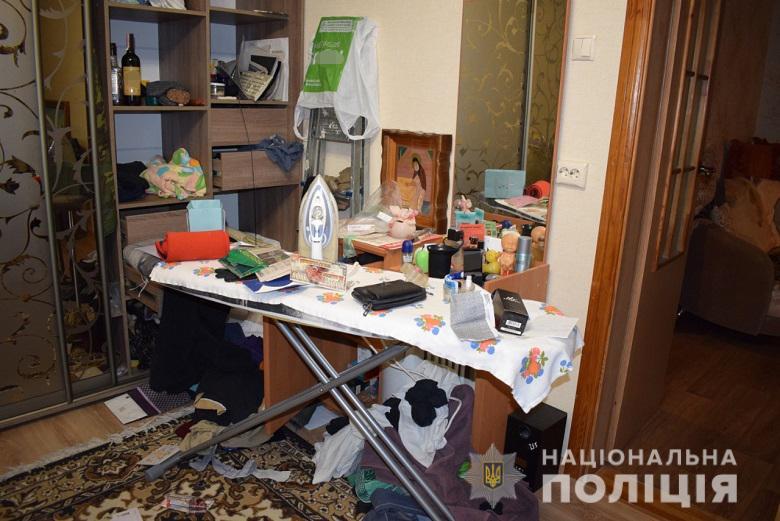 4321678 У Києві на Оболоні затримали квартирних крадіїв
