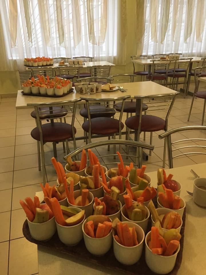 """У їдальні бориспільської школи влаштовують """"вітамінні столи"""" -  - 82586866 629993337772125 2218440192811859968 n"""