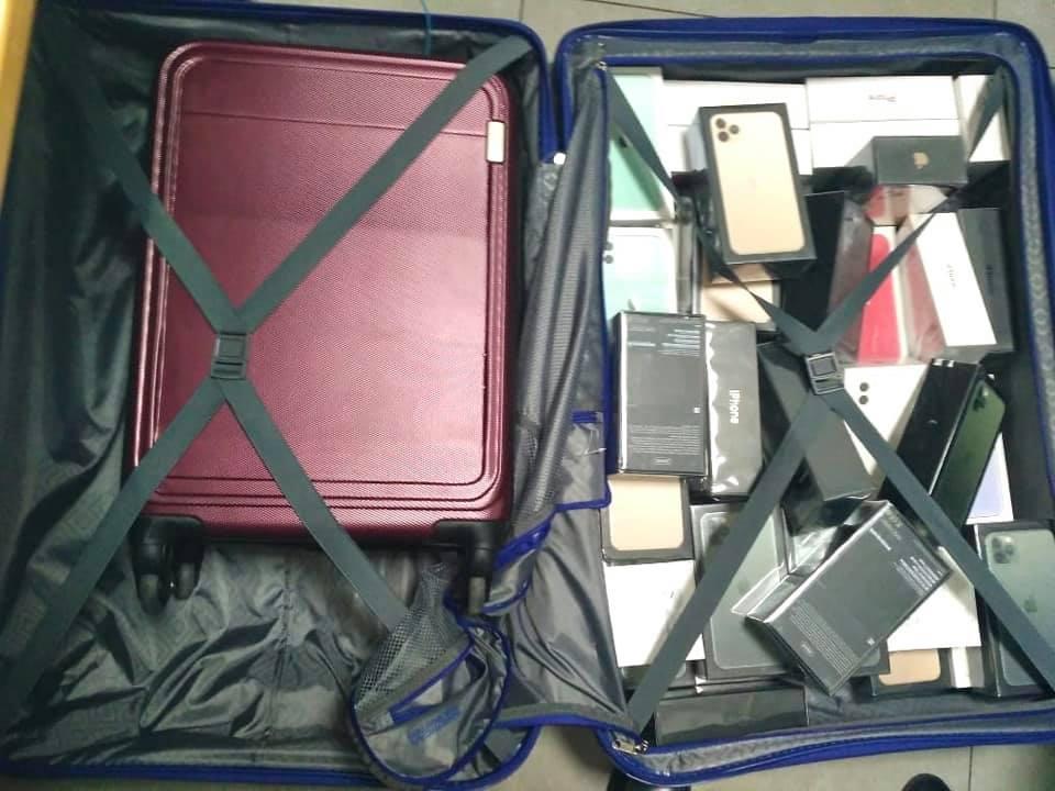"""Митники """"Борисполя"""" виявили у забутому багажі 113 телефонів Apple iPhone -  - 82802107 2870650322995744 3974671673268895744 n"""