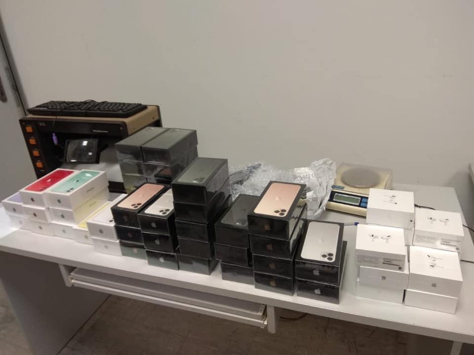 """Митники """"Борисполя"""" виявили у забутому багажі 113 телефонів Apple iPhone -  - 82930887 2870650252995751 7111051311876931584 n"""