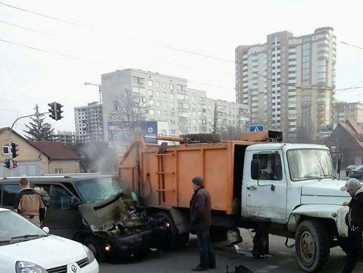 83187629_178028003563108_6202720717239222272_o ДТП в Борисполі: бус в'їхав в сміттєвоз
