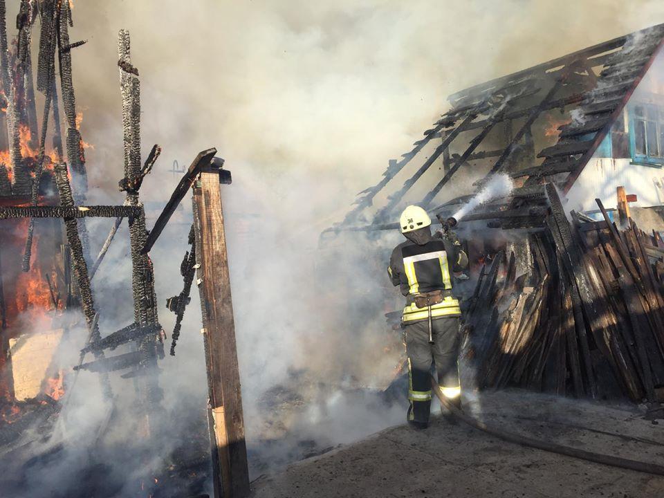 Мансарда та літня кухня – у вогні: подробиці пожежі в Ірпені (фото, відео) - рятувальники, Приірпіння, пожежа, надзвичайна ситуація, київщина, ірпінь, ДСНС України у Київській області - Hm poz 3