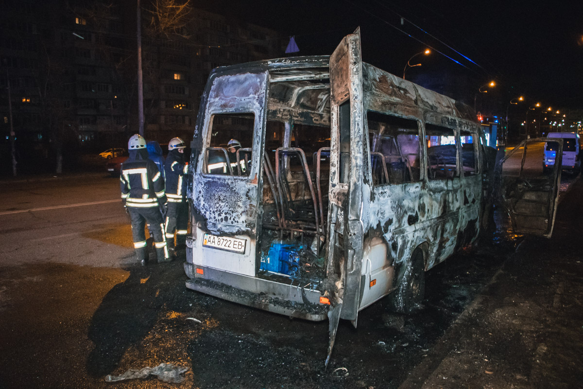 У Києві згоріла маршрутка -  - Pozhar 2 of 8