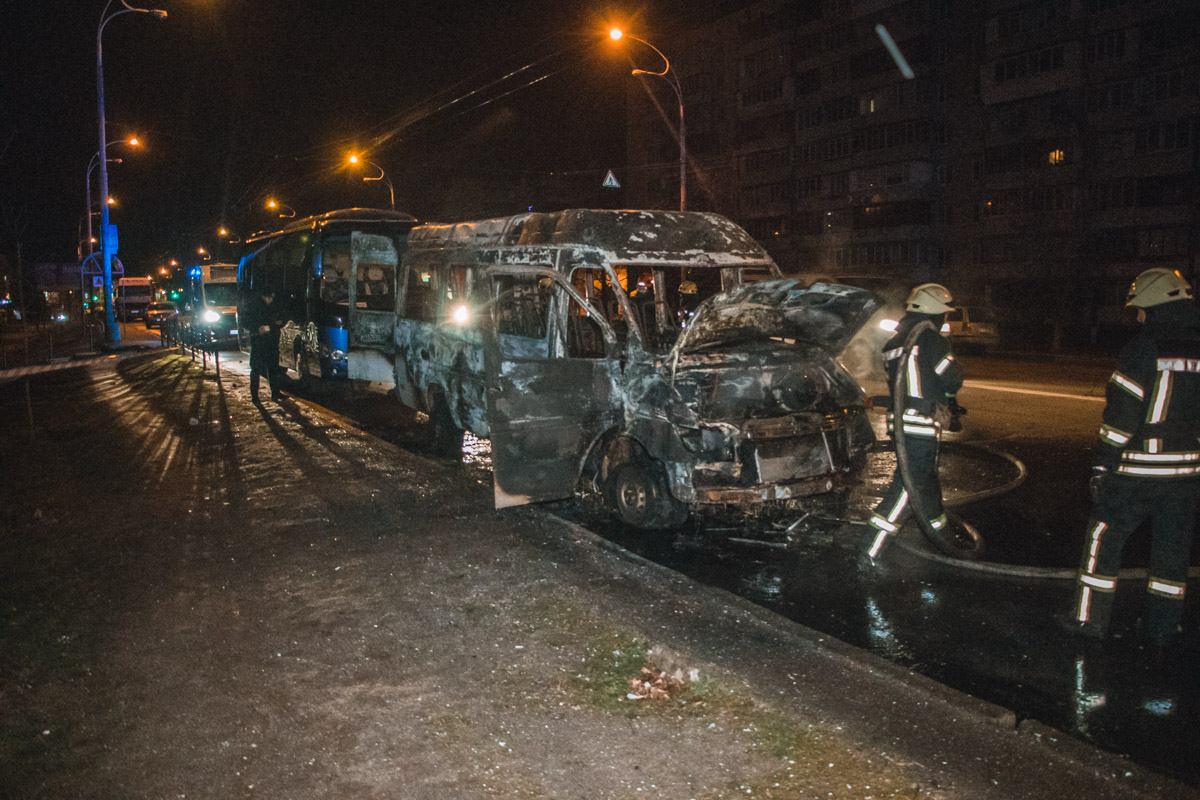 У Києві згоріла маршрутка -  - Pozhar 7 of 8 1