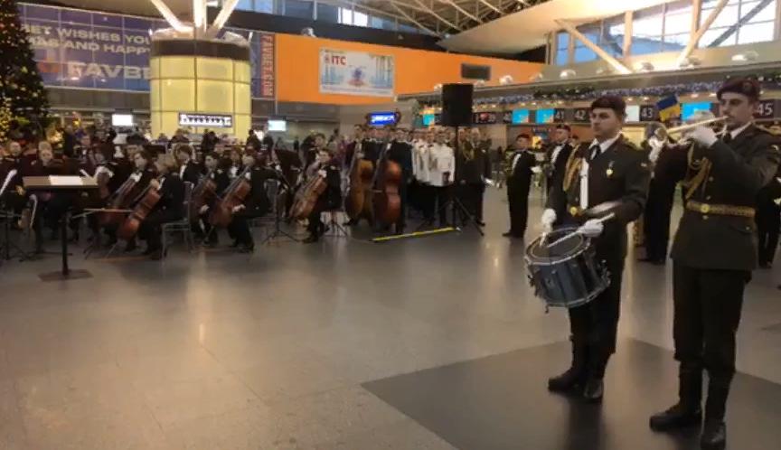"""Військовий оркестр вшановує пам'ять """"кіборгів"""" в аеропорту """"Бориспіль"""" (відео) -  - Screenshot 1 8"""
