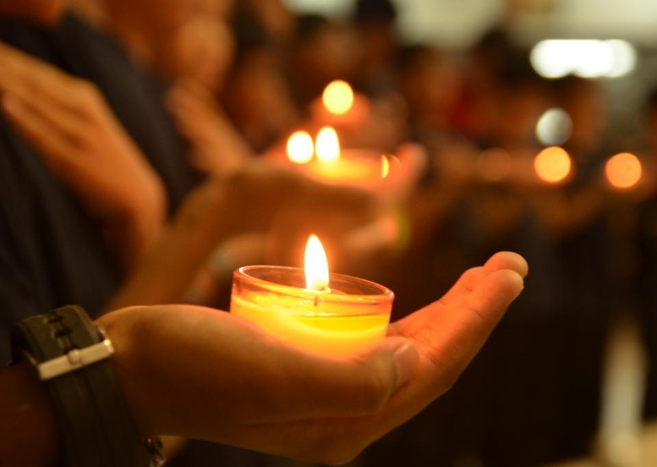 Пам'ять загиблих на Донбасі у минулому році захисників, вшанують загальною молитвою -  - candles in worshippers hands