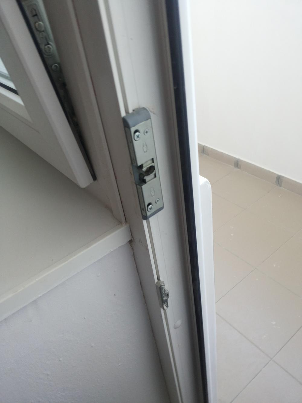 У столичному медзакладі на малолітнього хлопчика впали двері: дитину госпіталізовано -  - dver upala98