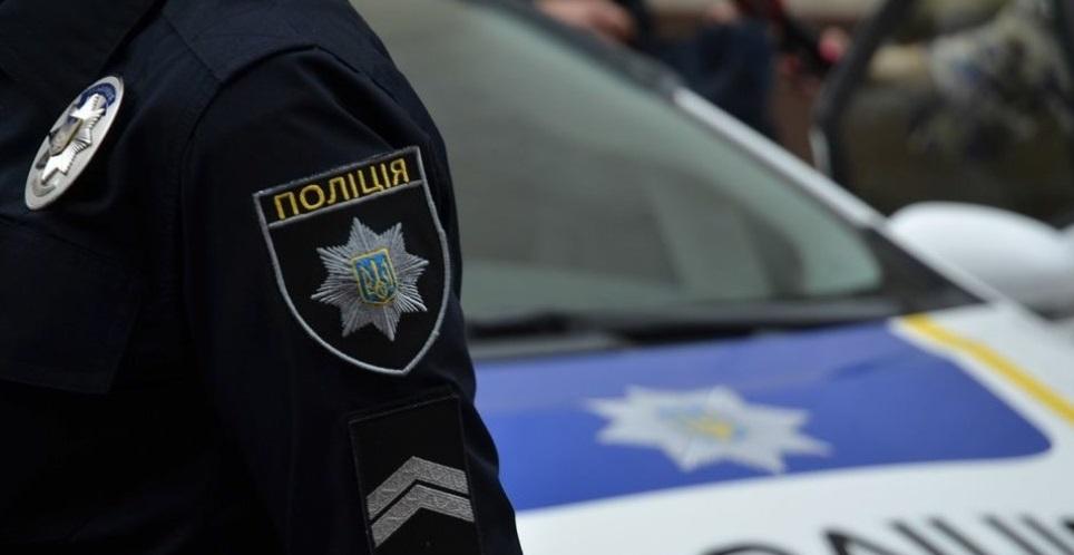 На столичній Оболоні невідомі заблокували приміщення: правоохоронці ведуть перемовини -  - kop 3