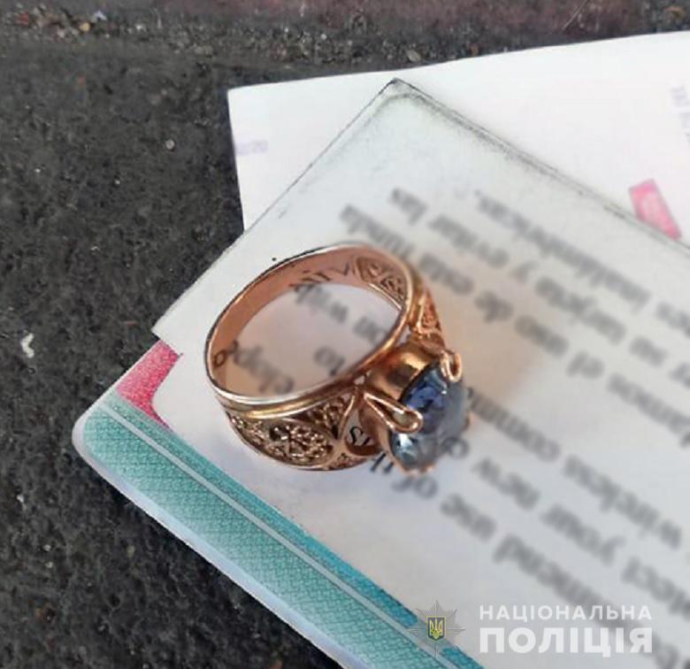 Золота каблучка, євро та долари: у Києві затримали двох крадійок -  - kragavokzal08012019
