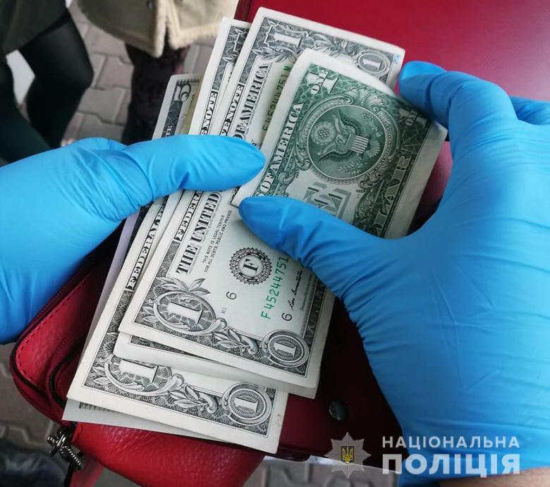 Золота каблучка, євро та долари: у Києві затримали двох крадійок -  - kragavokzal080120192