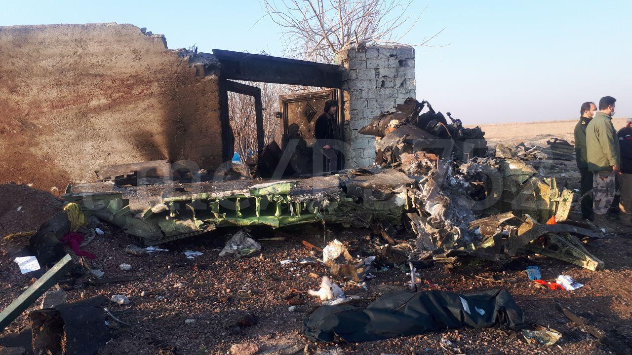litak5-1 Деталі літака згрібають бульдозером: що відбувається на місці катастрофи