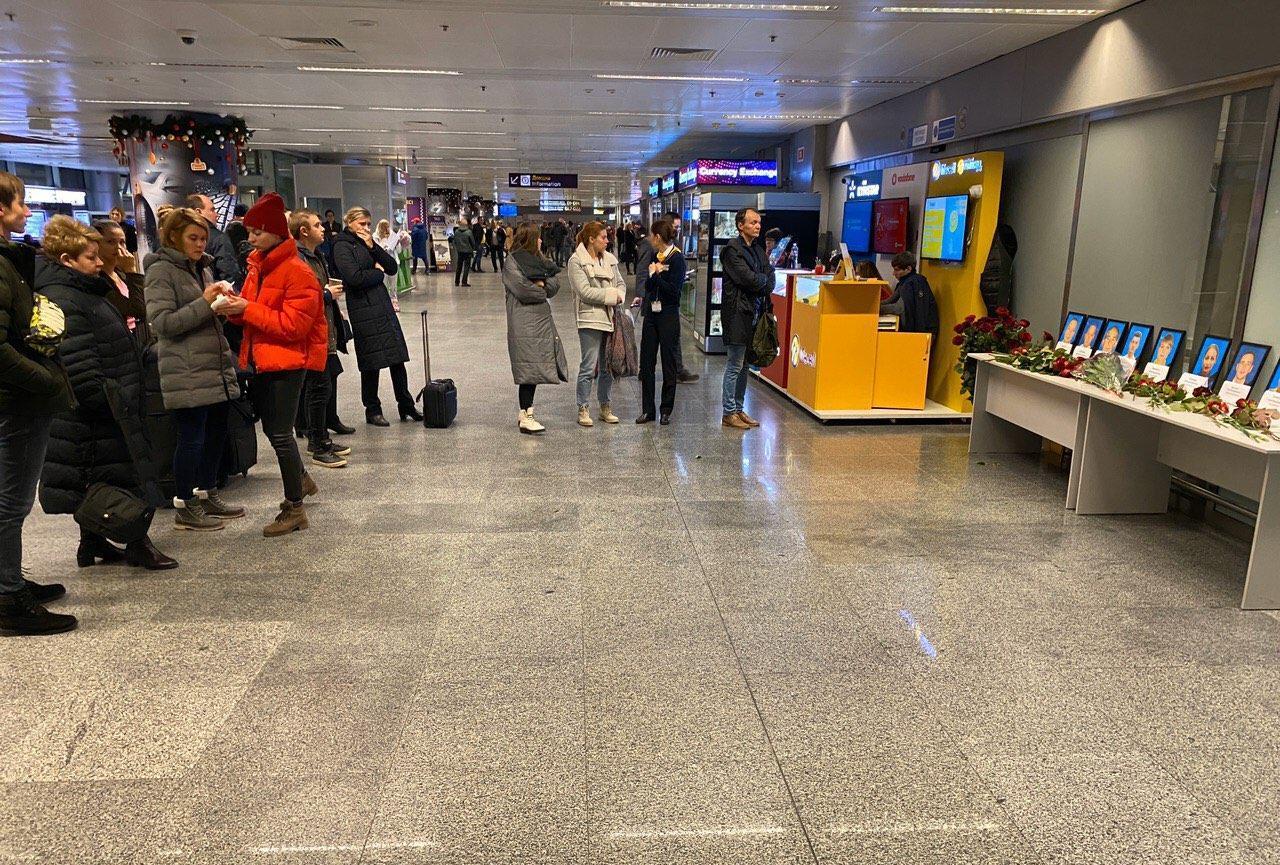 """Колеги та друзі екіпажу рейсу """"Тегеран – Київ"""" несуть квіти і свічки в аеропорт -  - photo 2020 01 08 17 41 14"""
