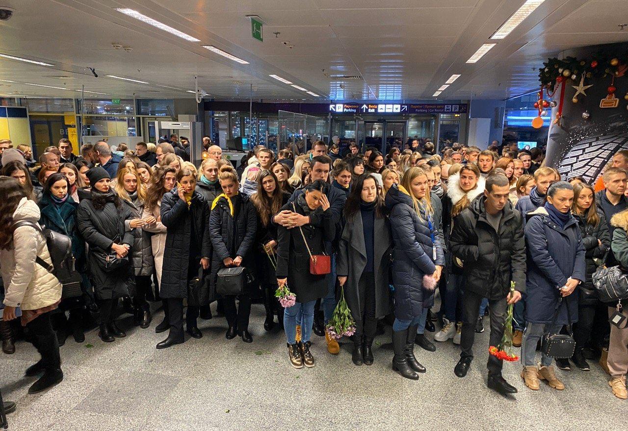 """Колеги та друзі екіпажу рейсу """"Тегеран – Київ"""" несуть квіти і свічки в аеропорт -  - photo 2020 01 08 18 32 08"""
