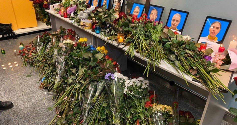 """Колеги та друзі екіпажу рейсу """"Тегеран – Київ"""" несуть квіти і свічки в аеропорт -  - photo 2020 01 08 18 32 11 950x500"""