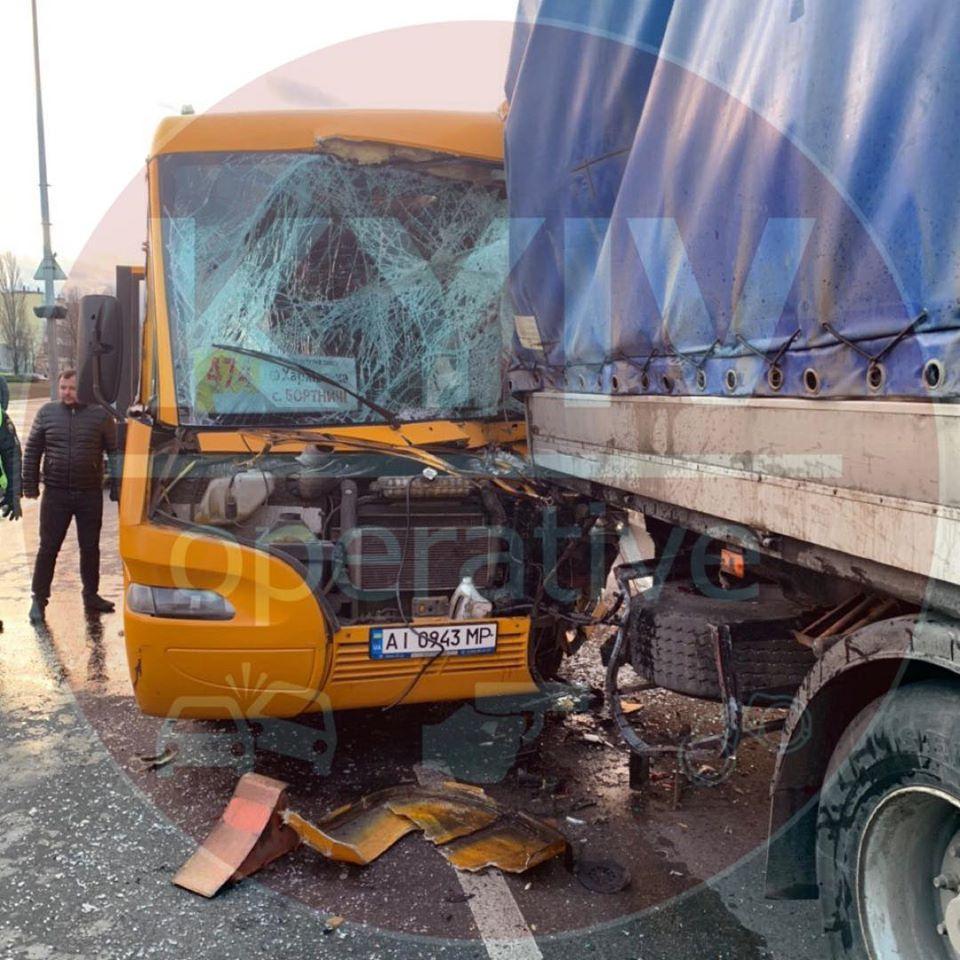 87224309_929434817452605_7299883972861886464_o У Києві маршрутка врізалася у фуру,  постраждали пасажири