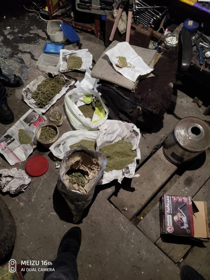 87482644_2065341753610024_3907843734489792512_n Наркотики знайшов службовий пес: на Обухівщині поліцейські вилучили у ділка кілограм конопляного зілля