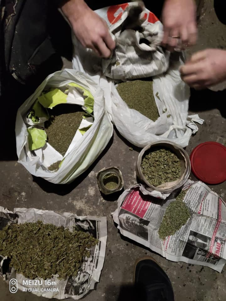 87538102_2065341763610023_2954411662506983424_n Наркотики знайшов службовий пес: на Обухівщині поліцейські вилучили у ділка кілограм конопляного зілля
