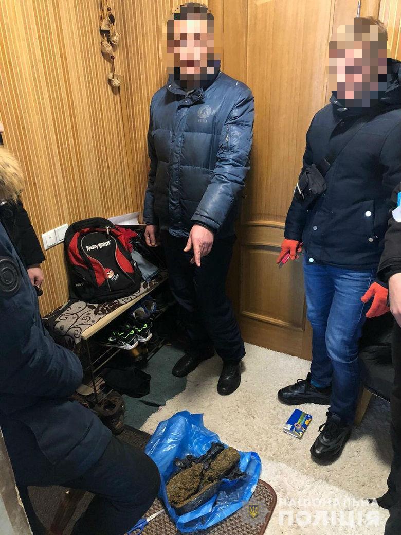 narkotadubov20203 У Києві в затриманого чоловіка вилучили канабіс на 2 000 000 гривень