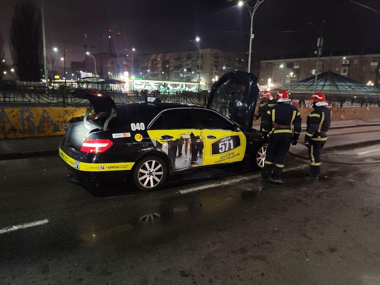 У Києві спалахнув Mersedes-Benz -  - 12c301c17ef9b32605cd10a5bf3b99619