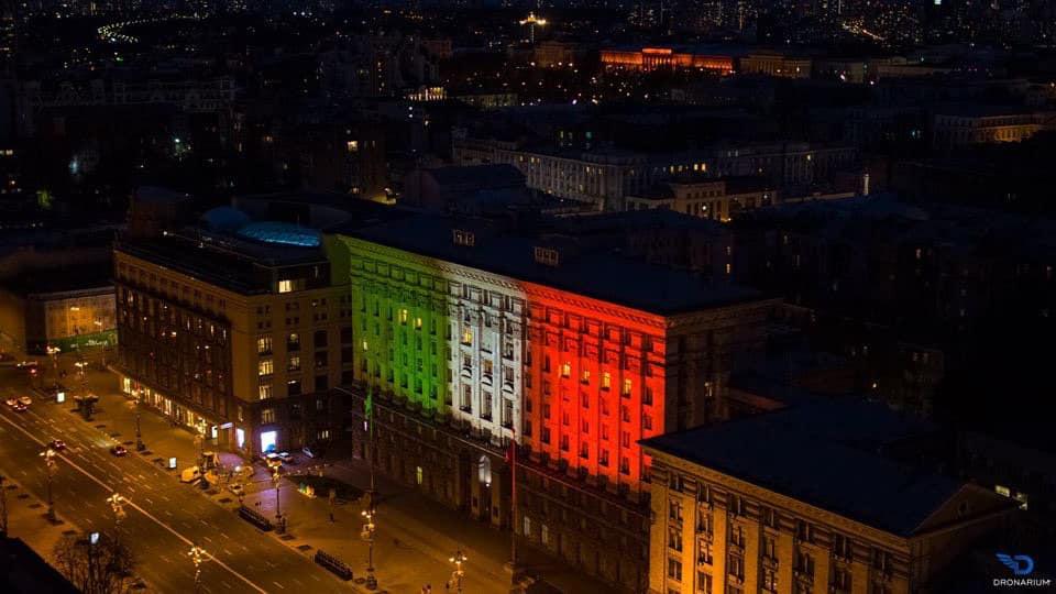 На знак солідарності: будівлю київської мерії підсвітили кольорами італійського прапору - коронавірус, Київ - 22 kyev